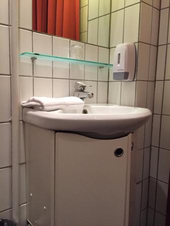 Saga Hotel: bathroom