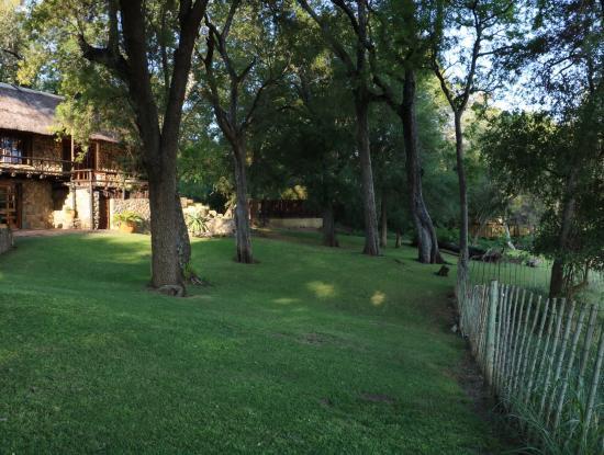 Indlovu River Lodge: Le jardin de la villa