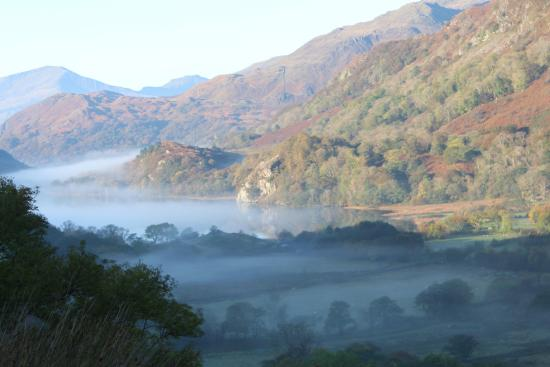 Nant Gwynant, UK: Looking over the campsite and lake early on a November morning