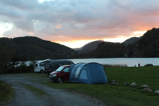 Nant Gwynant, UK: Campervans in the hardstanding area - a view to die for!