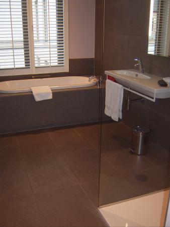 grote badkamer , met bruisbad en inloopdouche - Foto van Martin\'s ...