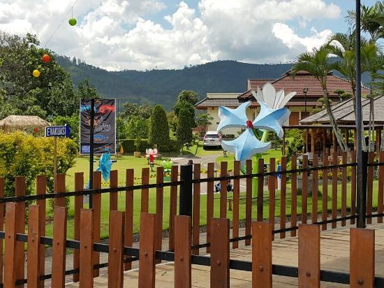 taman sekaligus are bermain anak anak yang luas dan indah