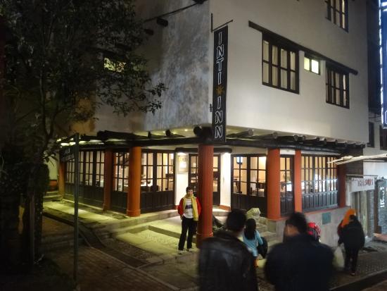 Hatun Inti Classic: 夜のホテル外観