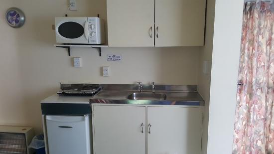Camellia Court Motel: 1960's kitchen with plug in hob