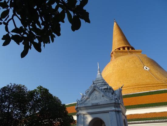 Wat Phra Pathom Chedi - Vue de loin - Picture of Wat Phra ...