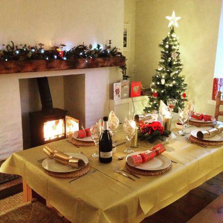 Laggan, UK: christmas dinner around the log fire
