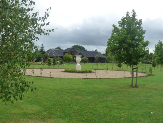 Tamahere, Nowa Zelandia: View of the grounds with the lodge in background