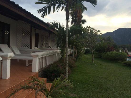 Thavonsouk Resort: หน้าห้องพัก