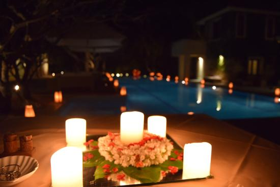 Shreyas Yoga Retreat: dinner near the pool