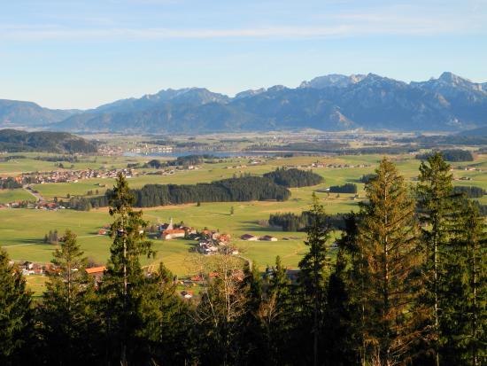 Eisenberg, Deutschland: Ausblick zum Hopfensee und dem Ammergebirge