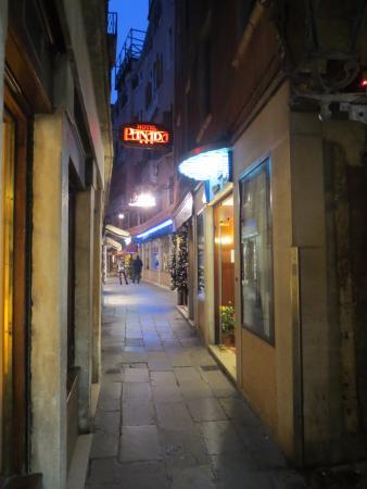 Hotel Diana: Rue de l'hôtel (à droite)