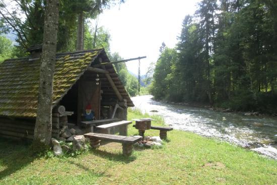 Hinterstoder, Österrike: Am Steyrfluß gelegen ist unsere Holzfällerhütte und läd zum Feste feiern ein.
