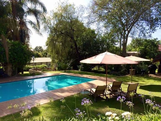 Country Lane Lodge: Prachtig zwembad in de mooie tuin