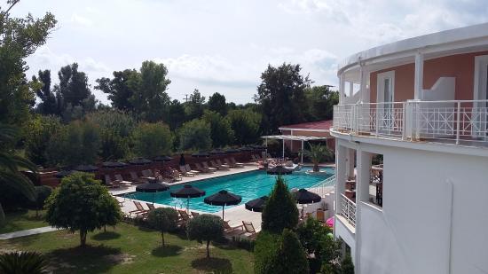 Bitzaro Palace Hotel: Widok na basen i restaurację