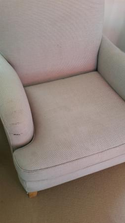 Hotel Pullman Aachen Quellenhof : Stained sofa 2 with a tear (under left arm rest)