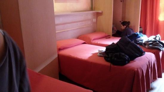 Hotel Meridiana: Camera non molto grande ma con letti comodi