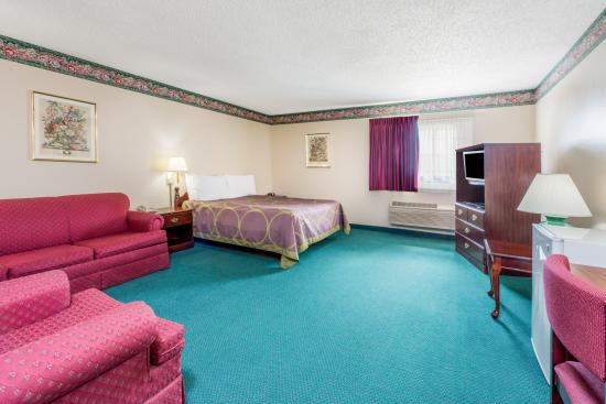 Jerseyville, IL: Single Queen Suite