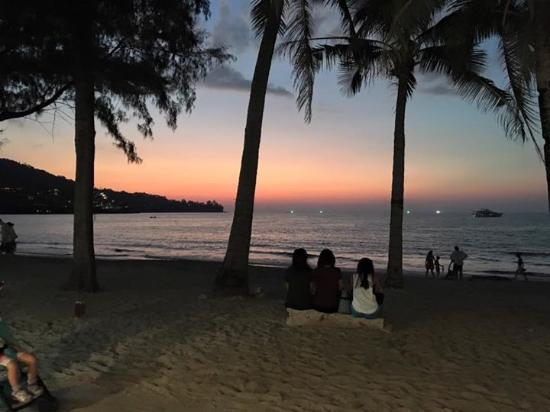 Coconut garden: Romantic sunsets while dining at the restaurant