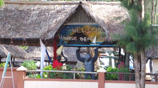 Sunrise Beach Resort: entry to the restaurant, sea view rooms and beach