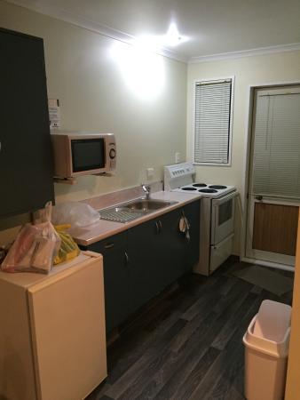 Admiral Court Motel: Kitchen