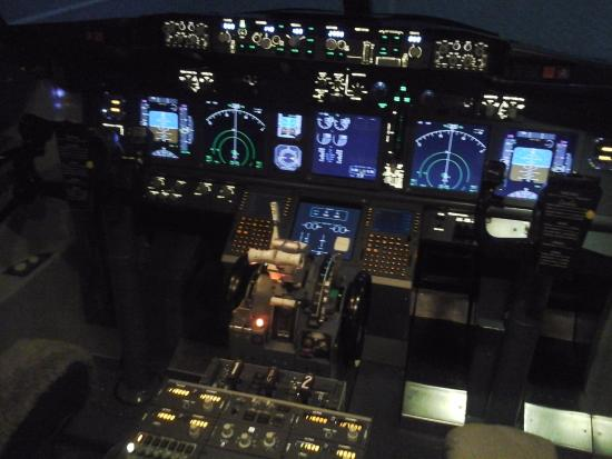 A full Boeing 737 flight deck and working controls - Picture