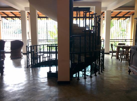 Flower Garden Hotel: Lobby