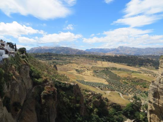 La Ciudad: Vue du bord de la falaise à Ronda, Espagne