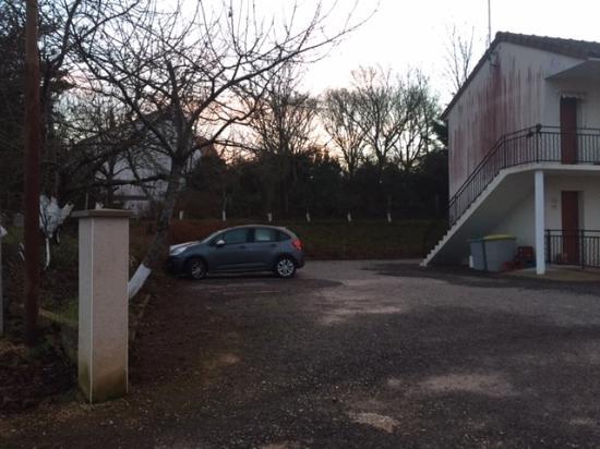 Lussac les Chateaux, فرنسا: Parkeerplek genoeg