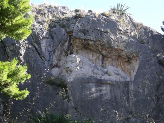 Nauplion Promenade: Le lion britanique sculté dans la falaise