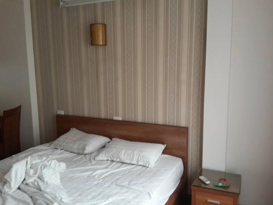 Especen Hotel: Dated wallpaper