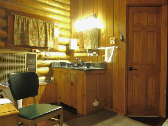 Mountain View Motel and Campground: One room log cabin with bathroom