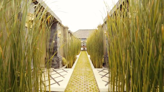 The Ulin Villas & Spa: walkway to spa