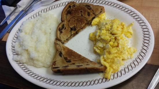 Warsaw, Carolina del Nord: Breakfast with raisin toast....yummy!!!