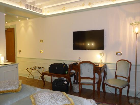 Hotel Monaco & Grand Canal: Desk and TV