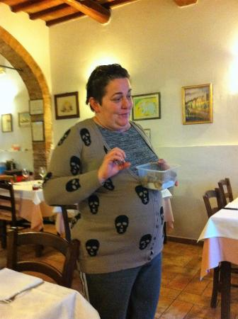 Montespertoli, Włochy: Daughter of the house giving A-Z on Italian truffles and their seasons