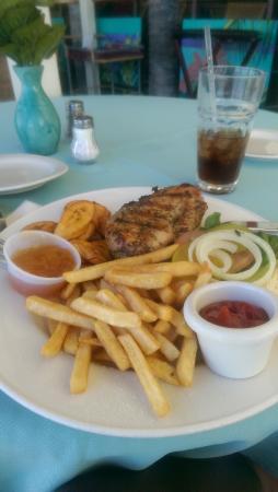 Buccaneer Beach Club: chicken burger Yummy!!
