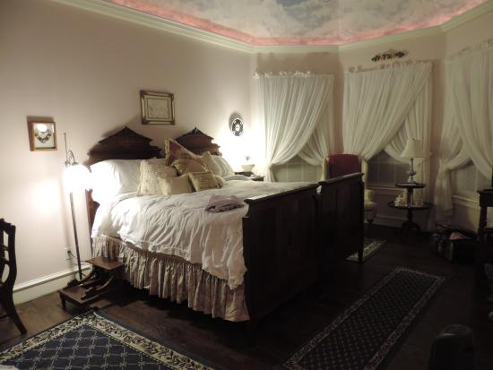 Lillian Farms Country Estate: Comfortable bed