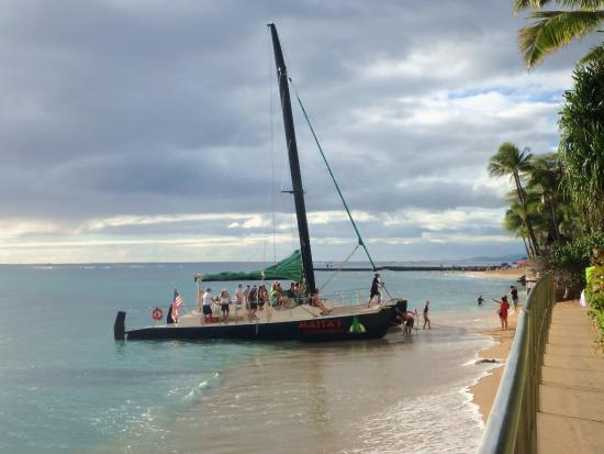 ハレクラニ ホテル, ホテル前のビーチからカタマラン観光船が出ています。