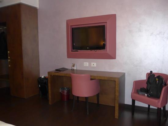 Base Hotel: Desk with no light