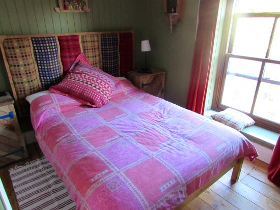 Llangennith, UK: Room 3 en suite double with Victorian bath and separate shower