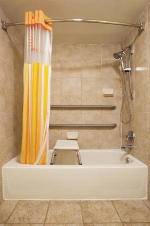 La Quinta Inn & Suites Valdosta / Moody AFB: bathroom