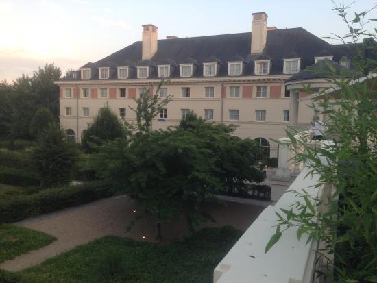 Dream Castle Hotel at Disneyland Paris: hotelzicht vanuit de tuin