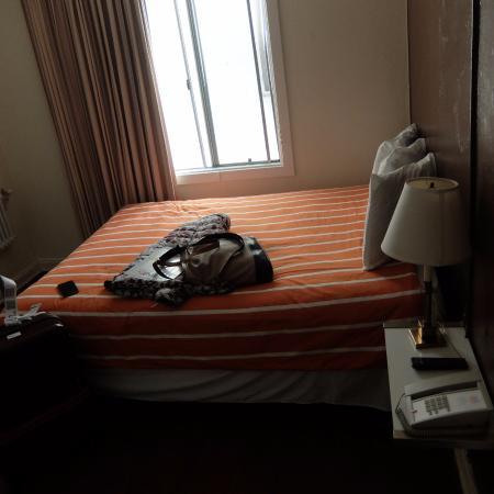 สเตย์ ออน เมน โฮเต็ล แอนด์ โฮสเทล: 834号室。ベッドは横幅広く快適。眺めは向かいの部屋が見えるだけ。