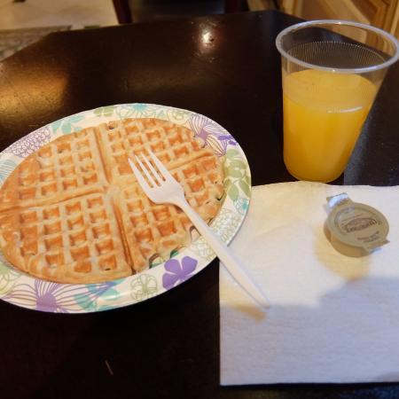 Stay on Main Hotel and Hostel: 834号室。無料の朝食。パンは係のかたが焼いてくれる。