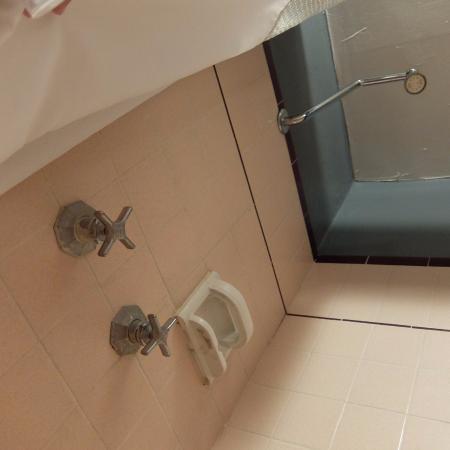 สเตย์ ออน เมน โฮเต็ล แอนด์ โฮสเทล: 834号室。シャワーは左がお湯、右が水。熱いお湯がちゃんと出ます。