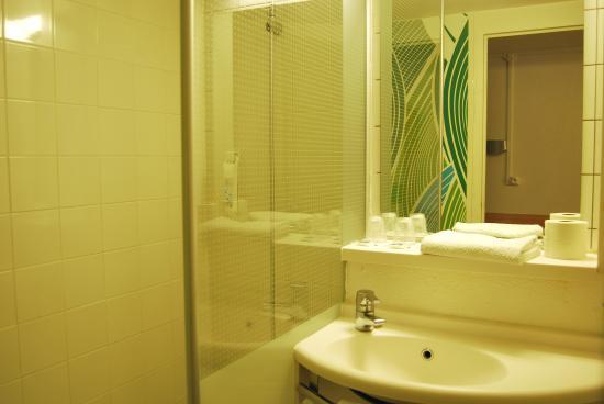salle de bain picture of ibis budget chambourcy saint germain chambourcy tripadvisor. Black Bedroom Furniture Sets. Home Design Ideas
