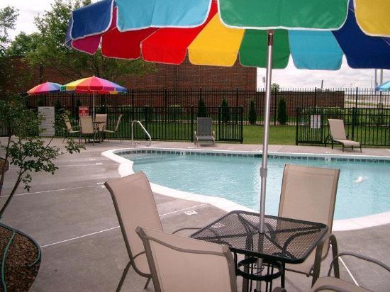 La Quinta Inn & Suites Louisville Airport & Expo: pool