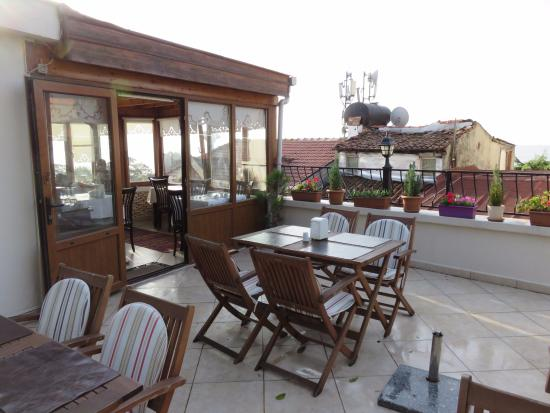 Berce Hotel: Indoor and outdoor breakfast seating