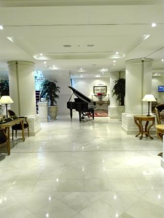 Hotel Royal - Manotel Geneva: Atrio davanti a uno dei ristoranti