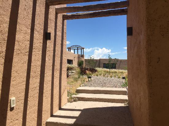 Alpasion Lodge: Walk towards the hotel